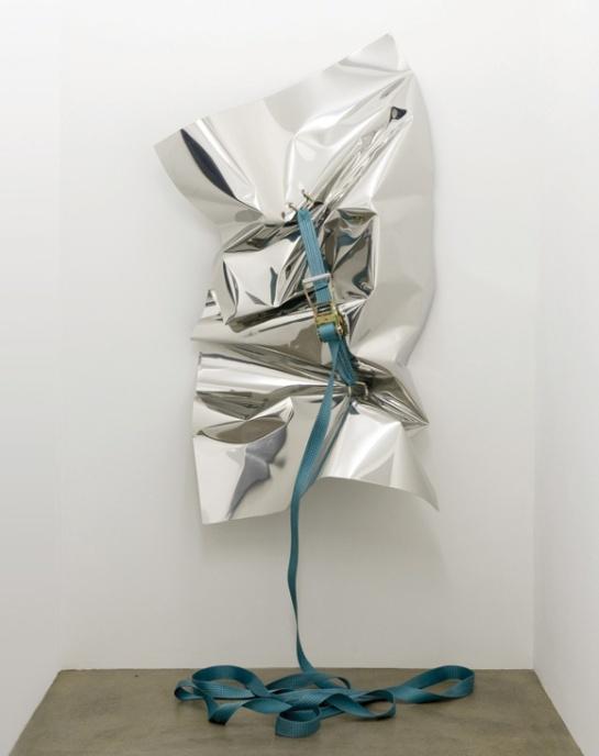 Sans titre, 2010 Tôle d'inox, sangle à cliquet, 100 x 200 cm